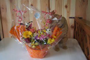 お祝いのお花とおみくん